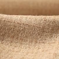 Le lainage tweed a popularisé Coco Chanel.  Ce lainage est fait d'armure toile ou sergé. Les discrets effets de couleur sont le fruit de fils de plusieurs brins torsadés (2 ou 3)  de différentes couleurs. Ici ce lainage composé de polyester et d'acrylique est disponible sous référence 65946